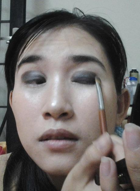 Bước 7: Dùng phấn mắt màu đen dặm vào đường mí mắt, tán nhạt dần về bầu mắt và đậm phía đầu mắt