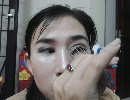 Bước 9: Kẹp lông mi để hàn mi được cong và sau đó gắn mi giả để đôi mắt trong to hơn