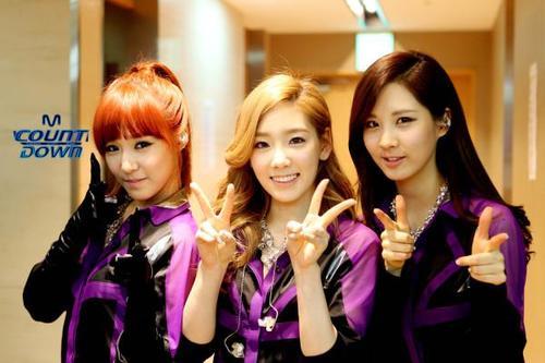 3 thành viên Tiffany, Tae Yeon và Seo Huyn của SNSD sẽ mặc áo dài dẫn Kpop Festival 2012.