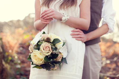 Cô dâu cầm quả cầu hoa trong đám cưới sẽ giống như đang mang một chiếc túi xách gắn hoa tuyệt đẹp.