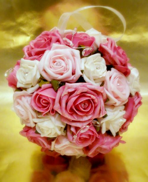 Đa số các chuyên gia thiết kế hoa thích sử dụng hoa hồng để kết cầu hoa vì loại hoa này tỏa tròn và đều nhau, tạo nên quả cầu đẹp.