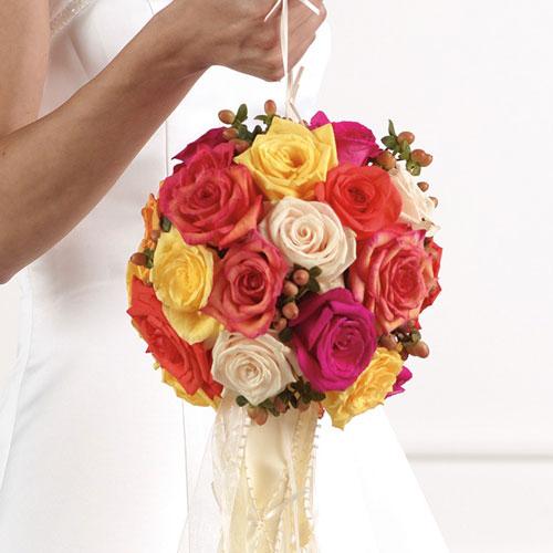 Mỗi quả cầu hoa đều có dây buộc để cô dâu dễ cầm hay đeo vào tay.