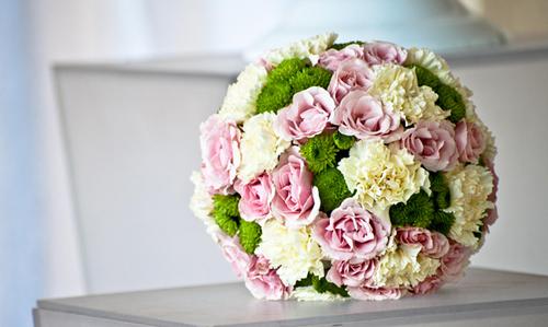 Sắc màu cầu hoa thường nhẹ nhàng và cũng có thể thay đổi tùy theo cá tính, phong cách của cô dâu.