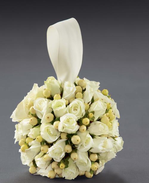 Cầu hoa màu trắng dịu dàng.