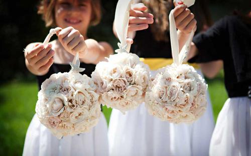 Các cô dâu cũng có thể chuẩn bị những quả cầu hoa cho các cô phù dâu đáng yêu.