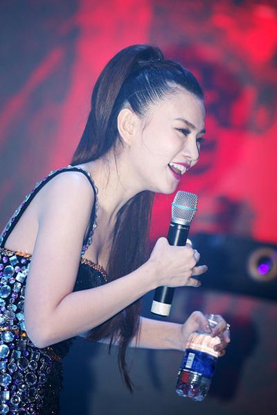 Thu Thủy hát live 8 ca khúc quen thuộc, được hòa âm sôi động, trẻ trung.