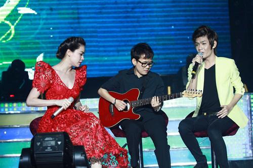 Thí sinh The Voice Đào Bá Lộc cũng có mặt trong đêm nhạc. Anh hát cùng huấn luyện viên của mình ca khúc 'Well well well'.