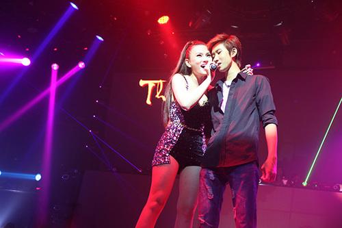 Cô mời một khán giả nam lên hát song ca 'Định mệnh ta gặp nhau', từng được cô hát chung với Ngô Kiến Huy và được các fan rất yêu thích.
