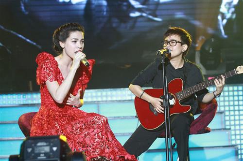 Nhạc sĩ Phương Uyên vừa đệm đàn guitar, vừa song ca 'Đắn đo', 'Trả nợ tình xa' với chủ nhân của chương trình.