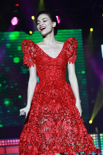 Hồ Ngọc Hà rực rỡ trong bộ váy hoa màu đỏ 'xuyên thấu'.