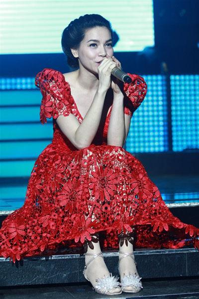 Cô gửi đến người hâm mộ những bản ballad được yêu thích thời gian gần đây và giới thiệu ca khúc mới nhất 'Hãy mặc em đi' của Nguyễn Hồng Thuận.