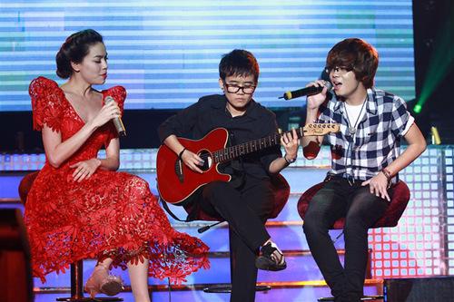 Bùi Anh Tuấn được fan của Hà Hồ đón chào nồng nhiệt. Anh song ca 'Lại gần hôn anh' cùng nữ ca sĩ.