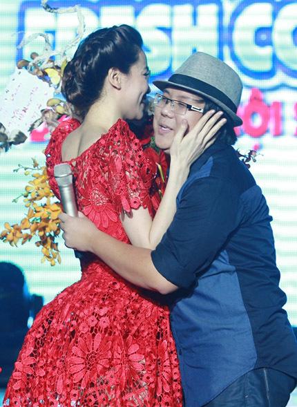 Nghệ sĩ hài Gia Bảo bất ngờ xuất hiện và tặng hoa mừng sinh nhật Hồ Ngọc Hà.