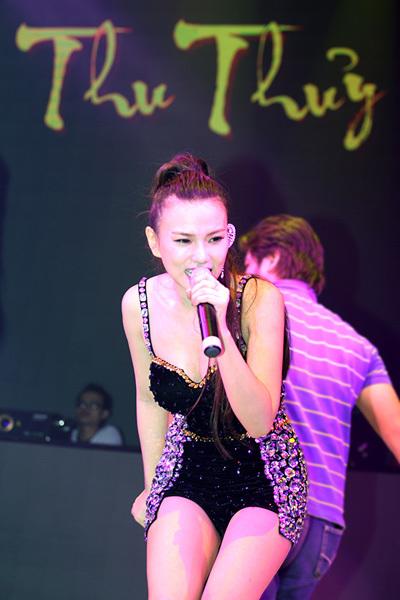 Cô hào hứng vừa hát vừa nhảy và không quên giao lưu với khán giả.