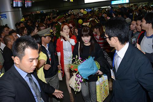 Khoảng 9h40 tối qua, các cô gái trong nhóm nhạc T-ara đã hạ cánh xuống sân bay Nội Bài trong sự chào đón nhiệt tình của fan thủ đô.