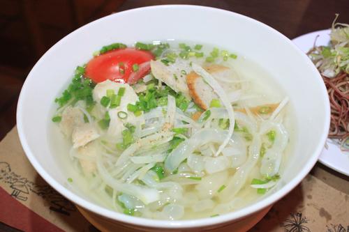 Bún sứa là một trong những món ăn đặc sản của phố biển mà du khách không thể bỏ qua.