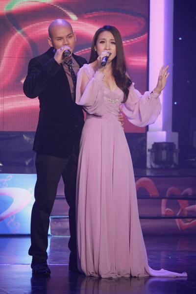 Đã khá lâu hai vợ chồng ca sĩ Phan Đinh Tùng - Thái Ngọc Bích mới tái ngộ khán giả truyền hình. Tối 26/11, họ xuất hiện trong chương trình 'Nhịp cầu âm nhạc' với chủ đề 'Lời của trái tim'.