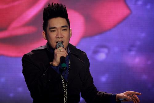 Quang Hà tiếp tục được khán giả ủng hộ với phong cách âm nhạc Acoustic. Tối qua, anh trình bày hai ca khúc 'Bởi thế anh yêu em' và 'Khi anh gặp em'.