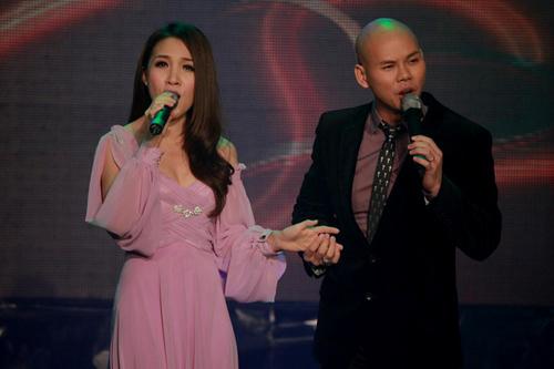 Cũng trong chương trình, Thái Ngọc Bích và Phan Đinh Tùng song ca ca khúc quen thuộc 'Yêu thương mong manh' rất ăn ý. Đây là bài hát mà hai vợ chồng dành tặng cho những người đang yêu, với hy vọng ai cũng ý thức được rằng, đừng để tình yêu mất đi rồi mới tiếc nuối.