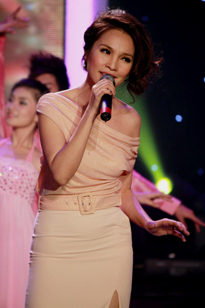 Hiền Thục cũng giới thiệu đến khán giả ca khúc 'Cơn mơ hạnh phúc' của nhạc sĩ Nguyễn Minh Anh và thể hiện lại tình khúc 'Lâu đài tình ái' với phong cách trình diễn rất duyên dáng.