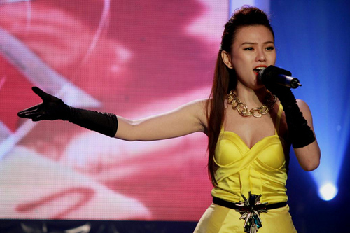 Thu Thủy xuất hiện cuối chương trình với bộ đầm vàng gợi cảm.