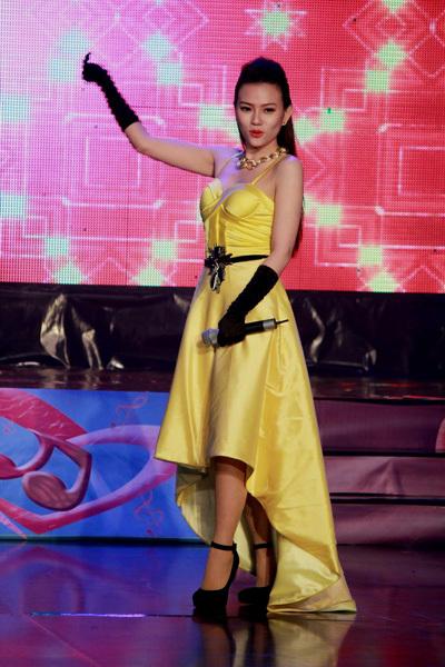 Cô khép lại đêm nhạc bằng những vũ đạo sôi động trong ca khúc 'Người đang yêu' của nhạc sĩ Lưu Thiên Hương.
