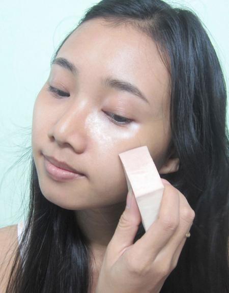Sau khi làm sạch da, tán kem lót và một lớp mỏng kem nền.