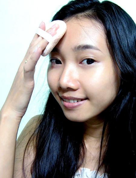 04. Dùng phấn nén phủ lên toàn bộ khuôn mặt.