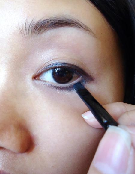 05. Tán phấn mắt màu be lên hết bầu mắt, kẽ phấn mắt màu đen lên mí mắt mà 2/3 mí dưới.