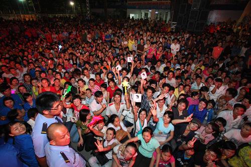 Chương trình thu hút tới 10.000 khán giả. Họ đến từ sớm và ngồi đợi rất nghiêm túc.