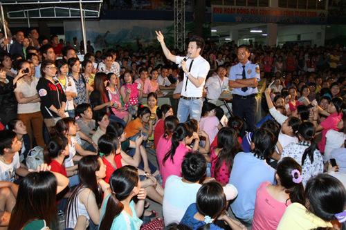 Trong đêm nhạc, Dương Triệu Vũ hát gần 30 ca khúc cả mới lẫn cũ, không quá khác biệt so với liveshow hoành tráng của anh hơn một tháng trước.