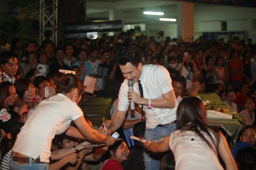 Dương Triệu Vũ được hâm mộ cuồng nhiệt. Anh vừa hát vừa ký tặng khán giả.