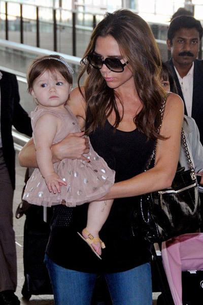 Bé Harper cực kỳ dễ thương khi diện váy công chúa điệu đà cùng đôi xăng-đan xinh xắn.
