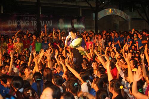 Ngoài hàng ngàn DVD, anh còn tặng thêm cho hai khán giả một chiếc áo vest và một chiếc áo thun.