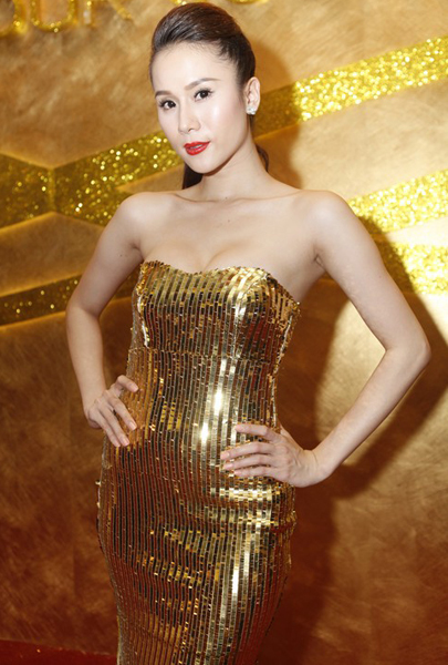 Thái Hà sexy trong bộ váy bó sát, lấp lánh ánh kim đi dự tiệc.