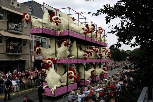 Chuồng gà sinh động với những chú gà như đang mổ thóc.
