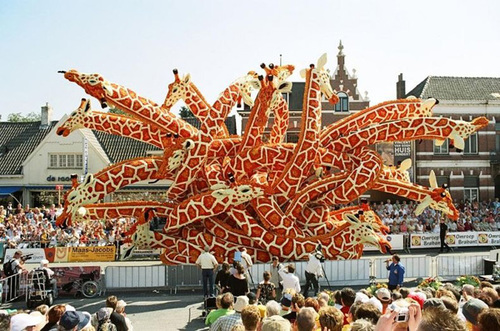 Hơn chục chiếc đầu hươu cao cổ vươn ra các phía hấp dẫn tính tò mò của trẻ nhỏ đi xem lễ hội.