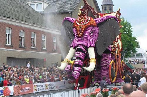 Chú voi cao 10 m này được trang trí rất cầu kỳ.