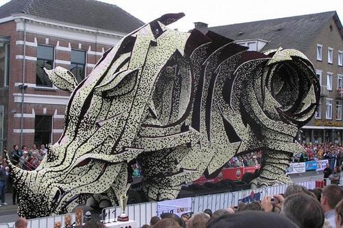 Các nghệ sĩ phải dùng đến gần 15 nghìn bông hoa để làm nên chú tê giác cực 'hầm hố'.