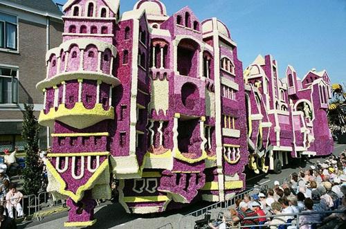 Toàn lâu đài làm bằng hoa 'di chuyển' trên đường phố Zundert.