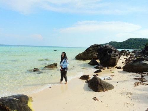 Phú Quốc với những bãi biển còn hoang sơ, cát thì trắng mịn còn nước biển trong xanh vô cùng.