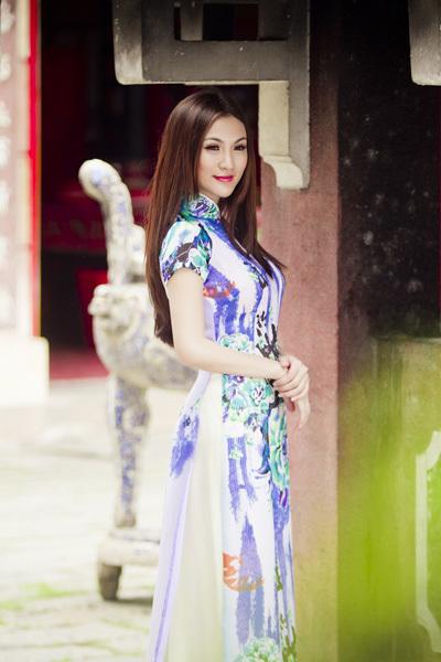 Kelly vừa lọt vào vòng chung kết cuộc thi 'Người đẹp phụ nữ thời đại 2012'. Cô được đánh giá là một trong những ứng viên sáng giá cho các ngôi vị cao nhất.