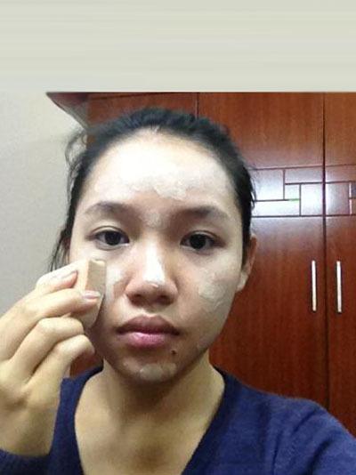 Sau khi làm sạch mặt dùng 1 lượng kem lót và kem nền tán đều lên mặt .Nên cho kem vào 5 điểm trung tâm của mặt (2 má, trán,mũi và cẳm) để kem được tán đều hơn.