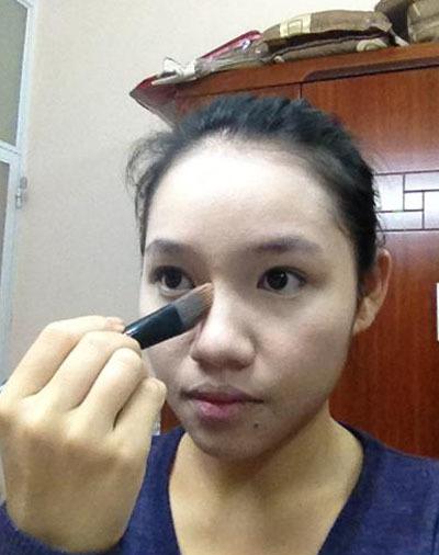 Dùng kem nền màu nâu (ít thôi sao cho thật tự nhiên) để tạo sống mũi giúp mũi trông cao hơn.
