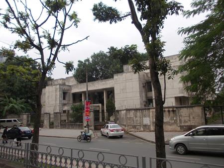 """Ngôi nhà ma 300 Kim Mã có kiến trúc Đông Âu cũng bị bỏ hoang lâu ngày do những tin đồn có """"ma""""."""