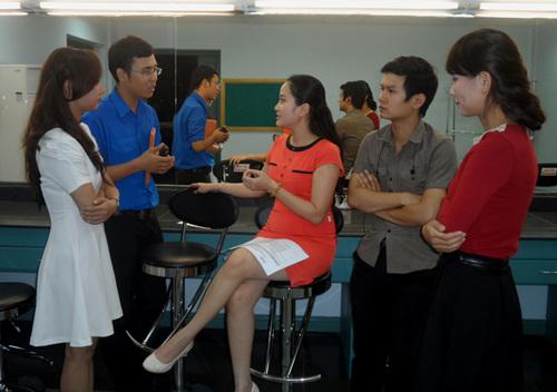 Chiều 30/11, MC Hồng Phượng có mặt tại đài truyền hình TP HCM để chia sẻ những kinh nghiệm với các thí sinh top 8 của cuộc thi 'Én Vàng' năm nay.