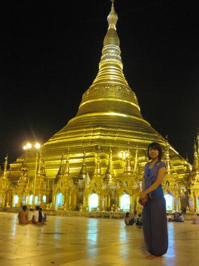 Mái chùa vàng lung linh trong đêm.