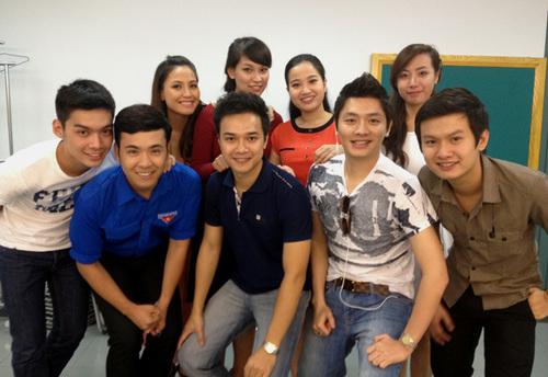 Hồng Phượng, Tuấn Anh vui vẻ chụp ảnh lưu niệm cùng dàn thí sinh năm nay.