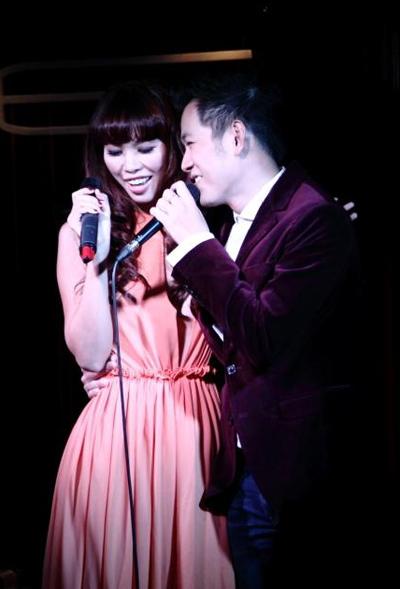 Trong đêm nhạc, Hồ Trung Dũng có dịp tái ngộ siêu mẫu Hà Anh - bạn diễn trong cuộc thi 'Cặp đôi hoàn hảo' năm ngoái. Cả hai thể hiện lại ca khúc 'Còn lại gì khi anh vắng em' và hát thêm 'Let it snow'.