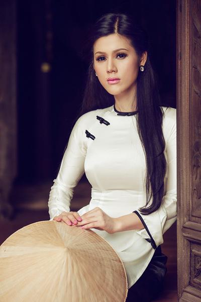 Trong bộ ảnh mới nhất, tuy diễn xuất chưa thực sự có 'hồn', Đinh Phương Ánh vẫn gây thiện cảm bởi trang phục áo dài truyền thống.